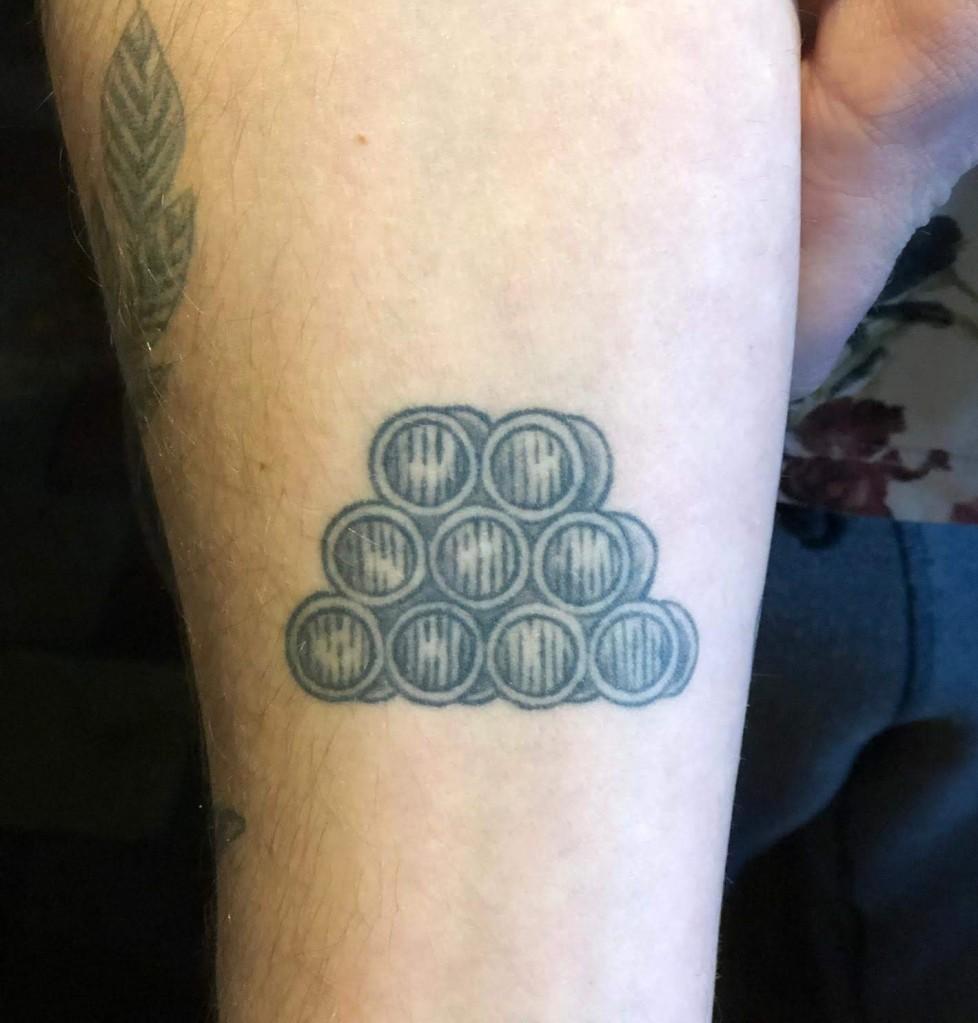Afbeelding met tatoeage, persoon, binnen, man  Automatisch gegenereerde beschrijving
